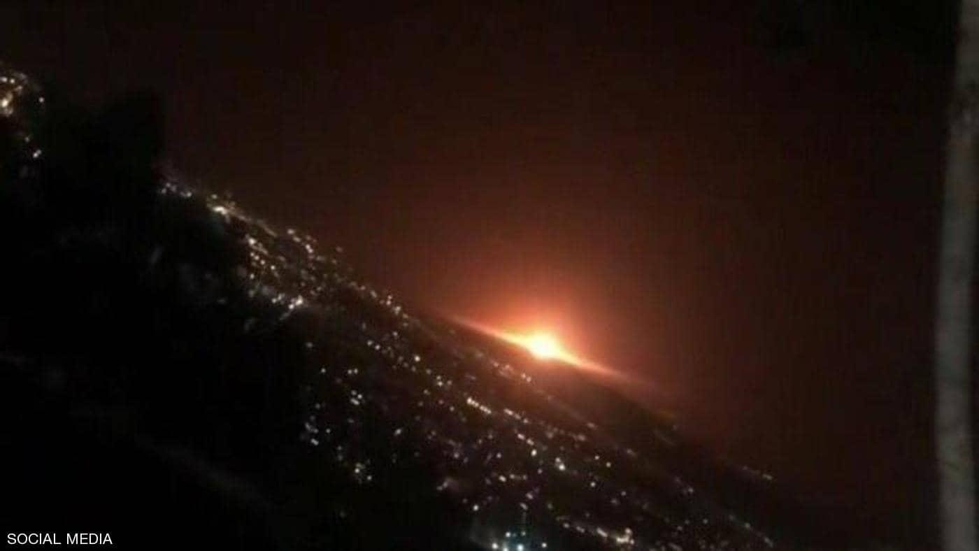 بالفيديو: انفجار ضخم يصاحبه ضوء أحمر يهز العاصمة الإيرانية طهران