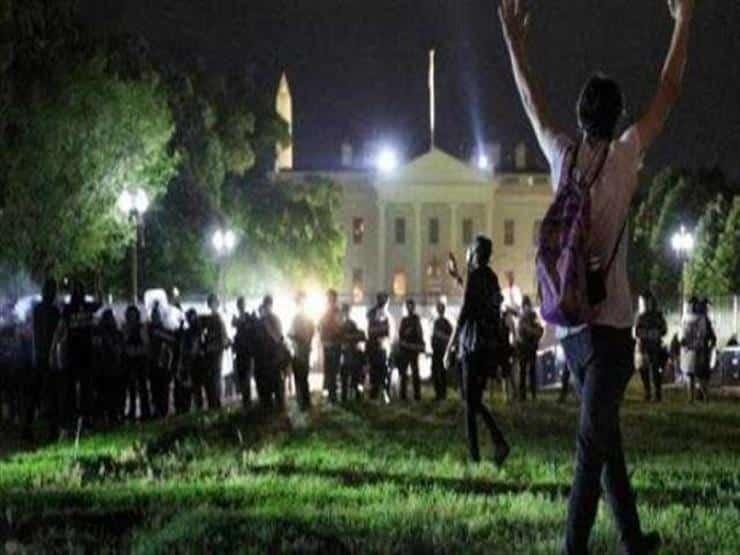 المتظاهرون يتجاوزون الحاجز الأمني في البيت الأبيض، ترامب يدعو لردعهم بالقوة العسكرية