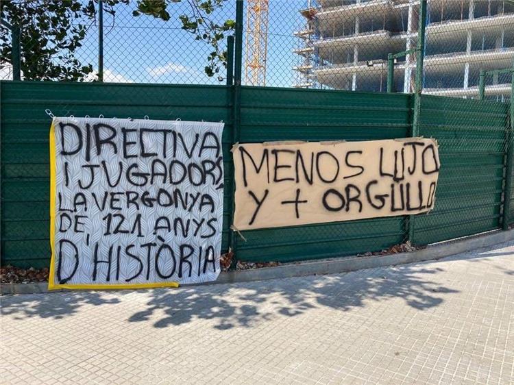 """جماهير برشلونة تستقبل لاعبيها بـ لافتات """"ارحلوا يا مرتزقة"""""""