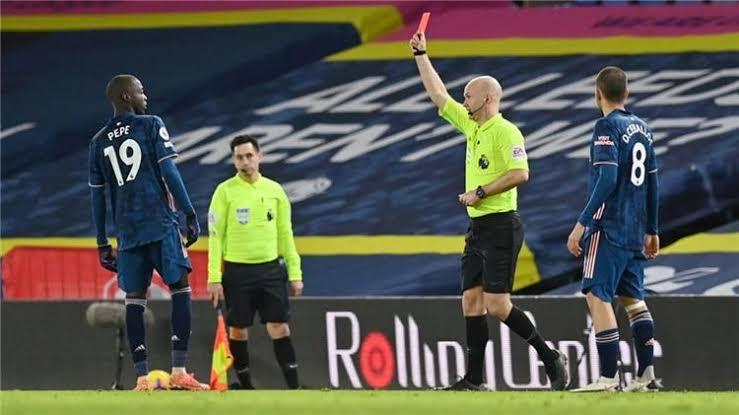 طرد نيكولاس بيبي بعد نطحه لاعب ليدز.. وآرسنال يندد بالعنصرية تجاه اللاعب