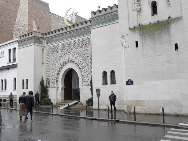 داخلية فرنسا: ماكرون أغلق مساجد أكثر من أي وقت