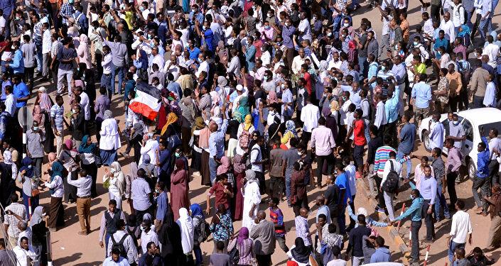 حشود سودانية تتظاهر لإسقاط الحكومة الإنتقالية.. والبرهان يتعهد بحماية مكتسبات الثورة