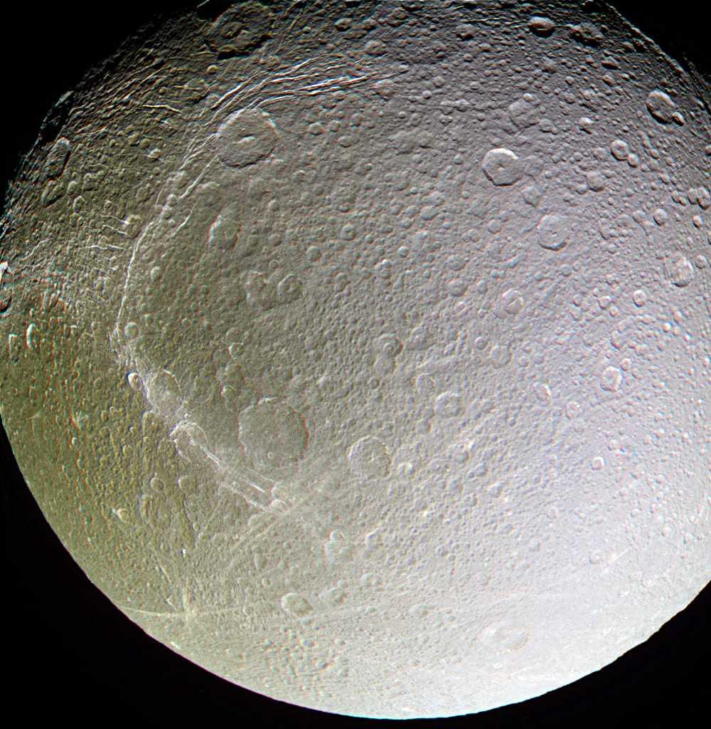 علماء يكتشفون محيطات مائية فوق قمر تابع لكوكب زحل