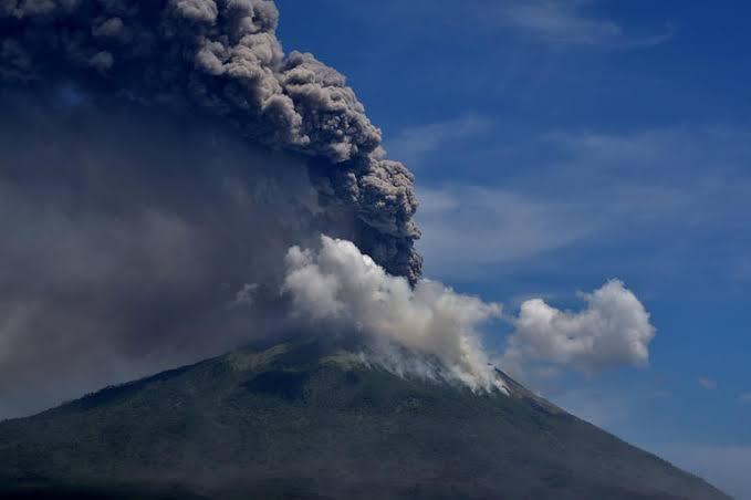 """بركان جبل""""سينابونغ"""" يثور في اندونيسيا"""