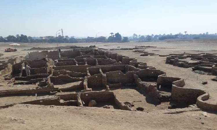 مدينة مدفونة في الرمال.. حواس يعلن عن اكتشاف أثري جديد في الأقصر