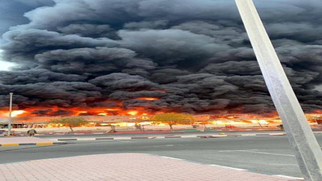 بالصور والفيديو: حريق ضخم يلتهم سوق شعبي في منطقة عجمان بالإمارات