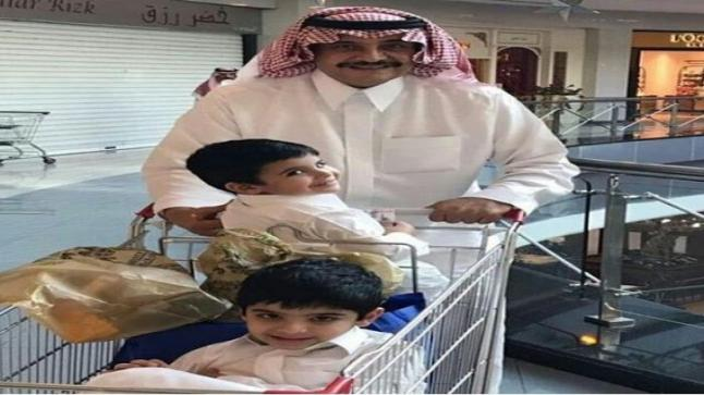 شاهد…صورة للأمير محمد بن فهد في أحد مولات جدة مع أحفاده