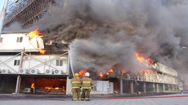 شاهد بالصور…إندلاع حريق هائل في الكويت بمبنى مساحته 380 ألف متر