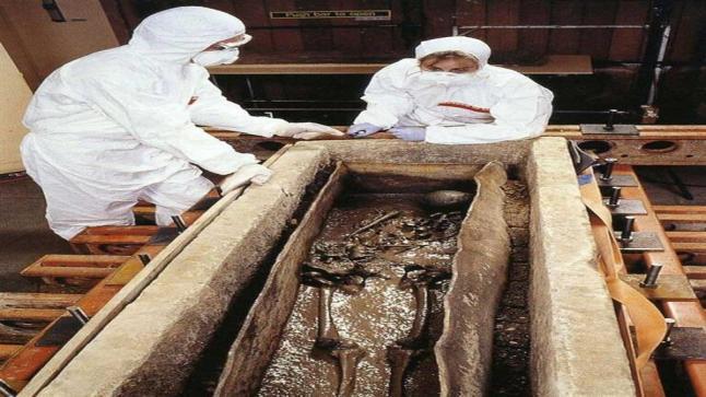 علماء آثار بريطانيون: يكشفون سر المرأة التي عثر عليها في أخر الدنيا ملفوفة بثوب من الدهب