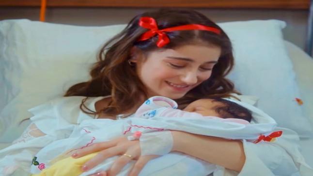 """هازال كايا بطلة العشق الممنوع وفريحة تضع طفلها الأول """"فكرت علي"""""""