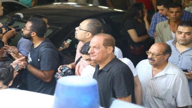 هاني مهنا ينفجر من البكاء في جنازة الراحل فاروق الفيشاوي
