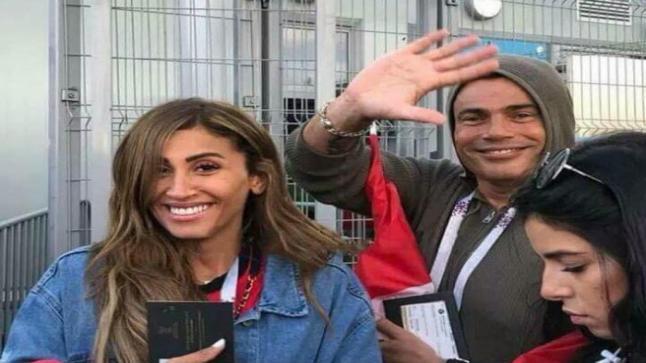 عمرو دياب متخفياً في المطار ولكن دينا الشربيني تكشفه
