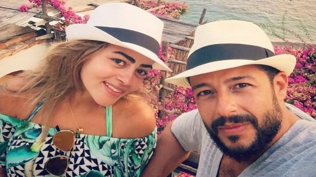 محمد حماقي يطمئن جمهوره على صحته بأحدث صورة له مع زوجته بعد إصابته