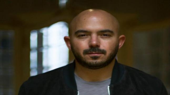 محمود العسيلي يحرج أحد معجبيه بطريقة حادة جدا: معاك واسطة عشان تتصور معايا