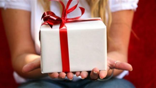 تفسير حلم الهدية في المنام لابن سيرين وابن شاهين والنابلسي للأعزاب والمتزوجين والحامل