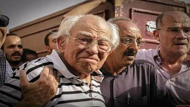 رشوان توفيق ينهار بعد وفاة زوجته، وهكذا خيم الحزن على ملامحه في عزائها
