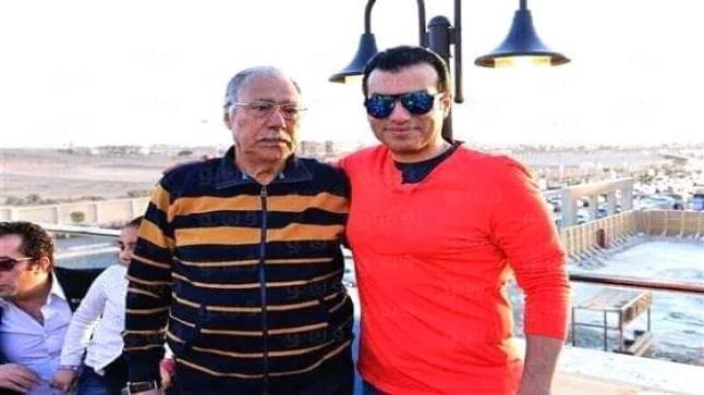 شاهد بالصور: إيهاب توفيق يحمل جثمان والده والنجوم يشيعون الجنازة
