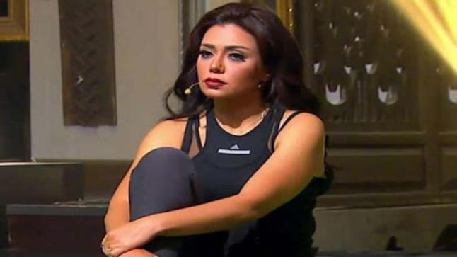 """رانيا يوسف تثير الجدل من جديد بهذا الفستان والمتابعين يعلقوا """"هي ما بتحرمش"""""""