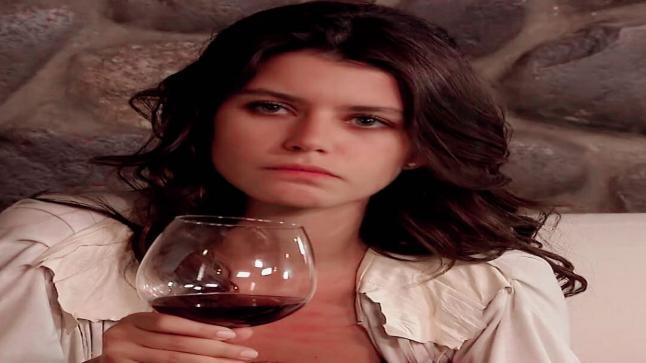 """أناقة بيرين سات تبهر الجميع في حفل مسلسلها الجديد """"الهدية"""""""